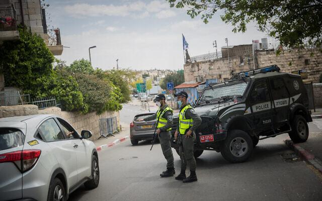 """Photo d'illustration : Des agents de la police des frontières à un """"checkpoint"""" temporaire de Jérusalem, le 16 avril 2020. (Crédit : Yonatan Sindel/Flash90)"""