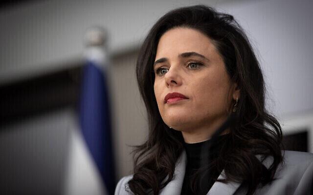 La députée Yamina Ayelet Shaked à la résidence du président à Jérusalem, le 5 avril 2021, après avoir rencontré le président Reuven Rivlin pour des consultations sur le législateur qui devrait former le prochain gouvernement. (Yonatan Sindel/Flash90)