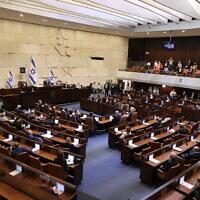 La salle plénière pendant la cérémonie de prestation de serment de la 24e Knesset, au parlement israélien à Jérusalem, le 6 avril 2021. (Crédit : Alex Kolomoisky/POOL)