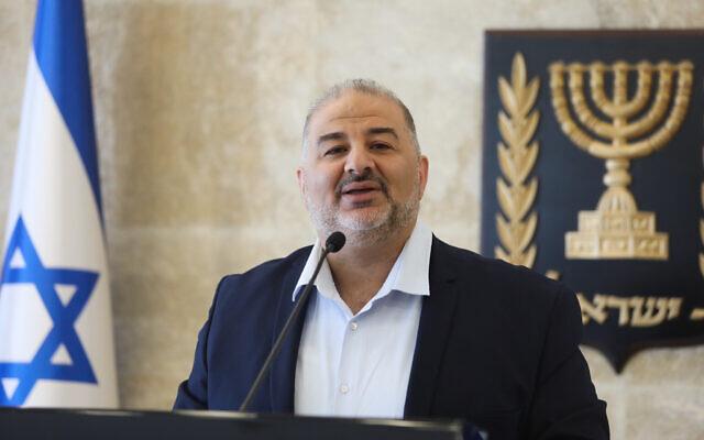 Mansour Abbas, chef du parti Raam, dirige une réunion de faction, au Parlement israélien, le 19 avril 2021. (Olivier Fitoussi/Flash90)