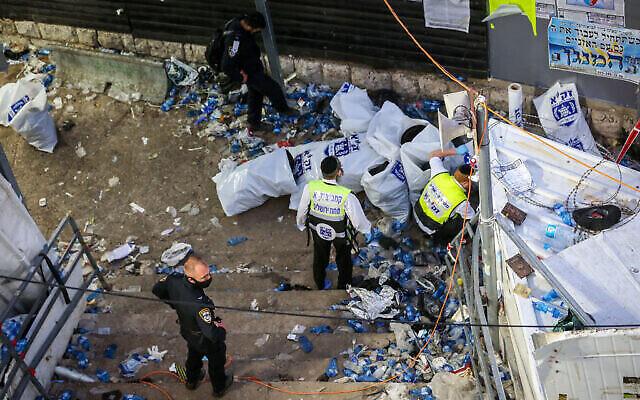 Les forces de secours et la police se trouvent sur les escaliers où un grand nombre de personnes ont été écrasées et blessées lors des célébrations de la fête de Lag BaOmer sur le mont Meron, dans le nord d'Israël, le 30 avril 2021. (David Cohen/Flash90)
