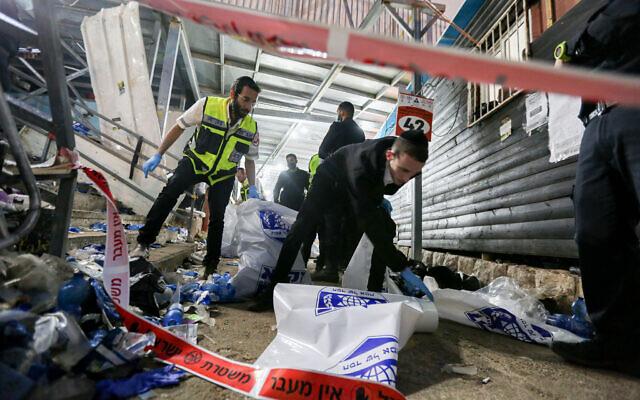 Des forces de secours et de police sur les lieux après une catastrophe mortelle lors des célébrations de la fête juive de Lag BaOmer au mont Meron, dans le nord d'Israël, le 30 avril 2021. (David Cohen/Flash90)
