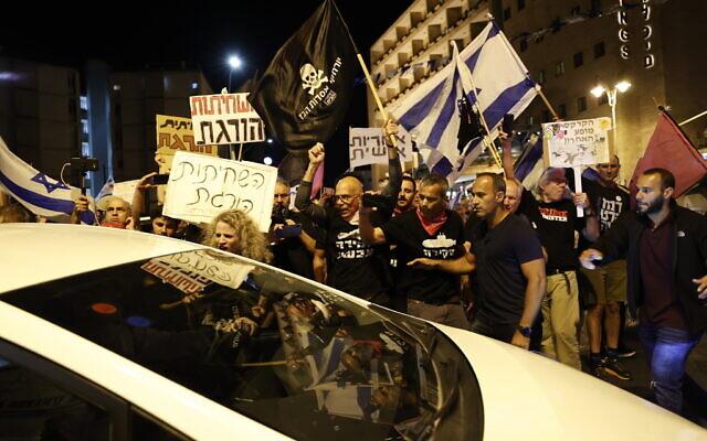 Des Israéliens manifestent contre le Premier ministre israélien Benjamin Netanyahu, devant sa résidence officielle, à Jérusalem, le 1er mai 2021. (Crédit : Yonatan Sindel / Flash90)