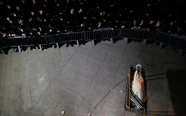 Les funérailles de Menahem Knowlowitz, l'une des victimes de la catastrophe de Meron, le 1er mai 2021. (Crédit : Yonatan Sindel / Flash90)