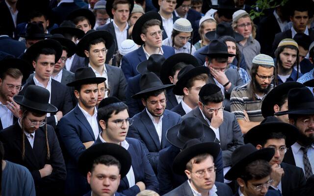 Des Juifs ultra-orthodoxes lors des funérailles d'Abraham Ambon,  tué dans la bousculade géante du mont Meron, à Jérusalem, le 3 mai 2021. (Crédit : Yonatan Sindel/Flash90)