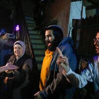 Une scène devant la maison d'une famille juive lors d'une manifestation dans le quartier de Sheikh Jarrah à Jérusalem-Est, le 3 mai 2021. (Jamal Awad/FLASH90)