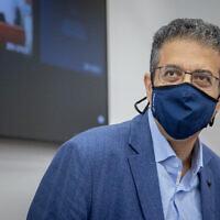 L'ancien PDG du site d'information Walla Ilan Yeshua arrive pour son témoignage dans l'affaire contre le Premier ministre Netanyahu qui est jugé pour corruption, fraude et abus de confiance, au tribunal de district de Jérusalem, le 4 mai 2021. (Yonatan Sindel/Flash90)