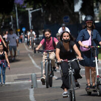 Des Israéliens sur le boulevard Rothschild de  Tel Aviv, le 5 mai 2021. (Crédit :  Miriam Alster/FLASH90)