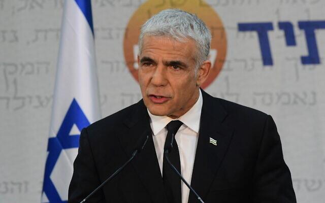 Le chef du parti Yesh Atid Yair Lapid en conférence de presse à Tel Aviv, le 6 mai 2021. (Crédit : Avshalom Sassoni/FLASH90)