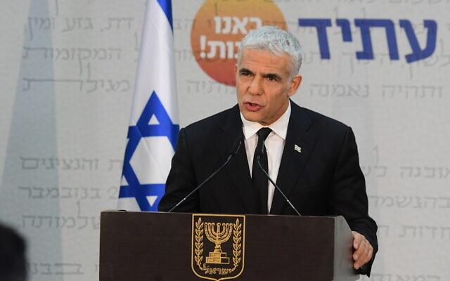 Le leader de Yesh Atid, Yair Lapid, durant une conférence de presse à Tel Aviv, le 6 mai 2021. (Crédit :  Avshalom Sassoni/FLASH90)