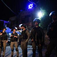 Les forces de sécurité israéliennes se heurtent à des manifestants dans le quartier de Sheikh Jarrah à Jérusalem-Est, le 6 mai 2021. (Crédit : Olivier Fitoussi/Flash90)