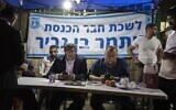 Le député Itamar Ben Gvir aux côtés du président de Lehava, Benzi Gopstein, dans le quartier de Sheikh Jarrah, à Jérusalem-Est, le 6 mai 2021. (Crédit : Olivier Fitoussi/Flash90)
