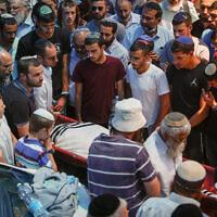 Amis et famille en deuil lors des funérailles à Jérusalem de Yehuda Guetta, 19 ans, tué dans une attaque terroriste au carrefour Tapuah en Cisjordanie, le 6 mai 2021. (Yonatan Sindel/FLASH90)