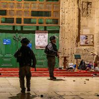 La police anti-émeute israélienne à la mosquée Al-Aqsa dans la Vieille Ville de Jérusalem, le 7 mai 2021. (Jamal Awad/Flash90)