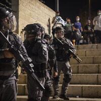 Les agents de police israéliens durant des affrontements avec des manifestants à la porte de Damas, dans la Vieille Ville de Jérusalem, le 8 mai 2021. (Crédit : Olivier Fitoussi/Flash90)