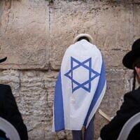 Des Juifs prient au mur Occidental de Jérusalem, dans la Vieille Ville, à la veille de Yom Yeroushalayim, le 9 mai 2021. (Crédit : Yonatan Sindel/Flash90)