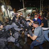 Affrontements entre policiers et manifestants arabes à la porte de Damas, à Jérusalem pendant le Ramadan, le 9 mai 2021. (Crédit : Yonatan Sindel/Flash90)