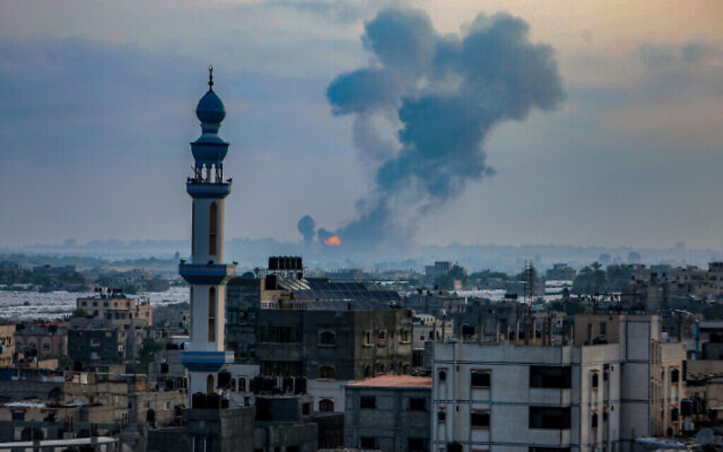 De la fumée et des flammes s'élèvent après une frappe aérienne israélienne dans la zone de Khan Younis, dans le sud de la bande de Gaza, le 11 mai 2021. (Abed Rahim Khatib/Flash90)