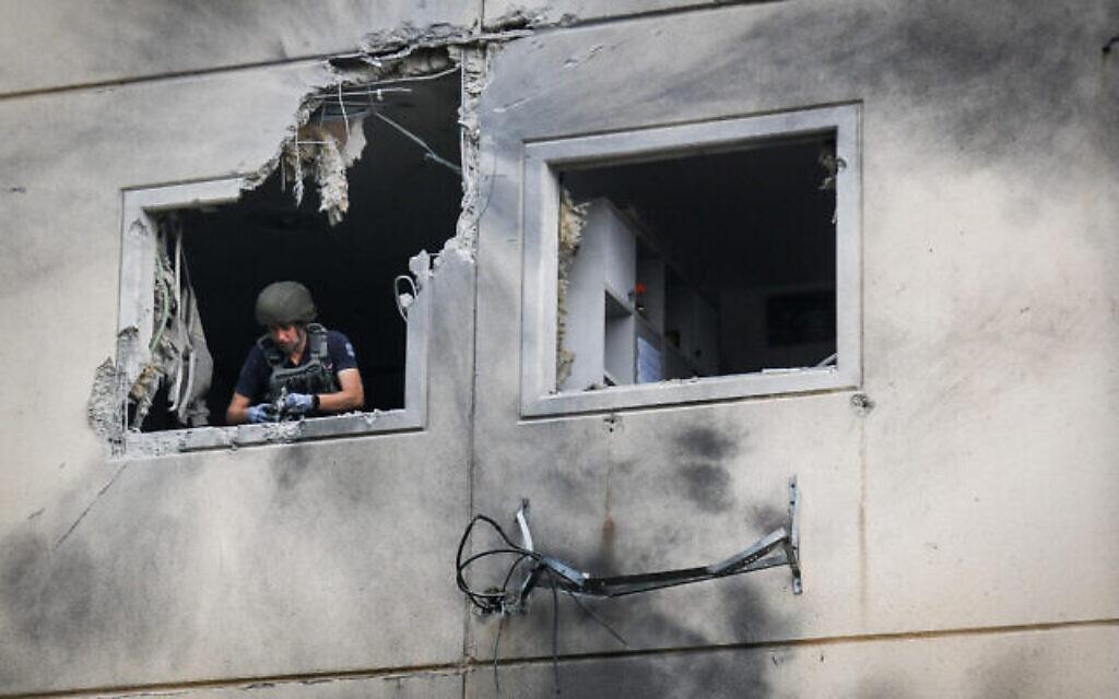 Un immeuble touché par une roquette lancée depuis Gaza à Ashkelon, le 11 mai 2021. (Crédit : Flash90)