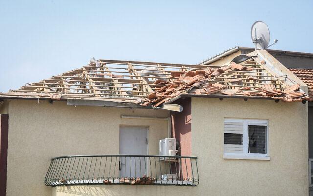 Une maison touchée par une roquette à Ashkelon, le 11 mai 2021. (Crédit : Flash90)
