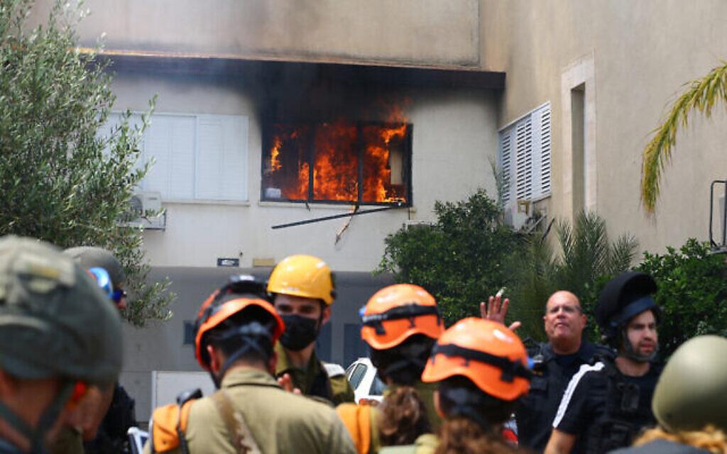 Les forces de sécurité israélienne dans une habitation d'Ashdod frappée par une roquette tirée depuis la bande de Gaza, le 11 mai 2021. (Crédit :Flash90)