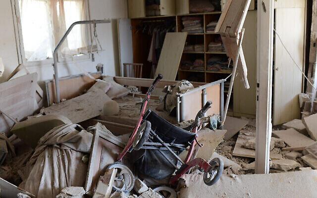 La scène où une roquette tirée depuis la bande de Gaza a touché une maison dans la ville d'Ashkelon, dans le sud d'Israël, le 11 mai 2021. (Tomer Neuberg/Flash90)