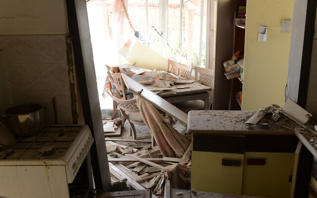 Une maison détruite par une roquette à Ashkelon, où une femme a été tuée, le 11 mai 2021. (Crédit : Tomer Neuberg/Flash90)