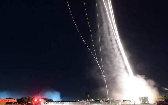 Des roquettes lancées par le Hamas depuis Gaza au dessus de Tel Aviv, le 11 mai 2021. (Crédit : Tomer Neuberg/Flash90)