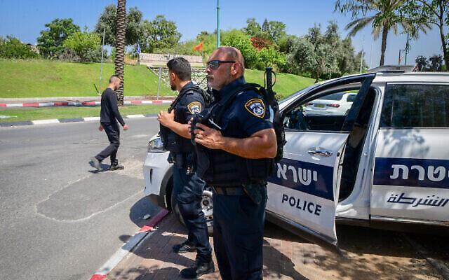 La police à Lod après une nuit de violentes émeutes perpétrées par des résidents arabes de la ville, le 12 mai 2021. (Avshalom Sassoni/Flash90)