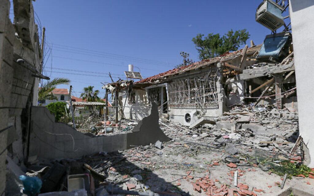 Dégâts sur des maisons dans la ville d'Ashkelon, au sud d'Israël, qui ont été touchées par des roquettes tirées depuis la bande de Gaza par des terroristes du Hamas, le 12 mai 2021. (Edi Israel/Flash90)