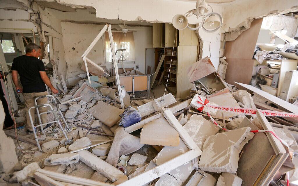 Une maison détruite par une roquette à Ashkelon, le 12 mai 2021. (Crédit :Edi Israel/Flash90)
