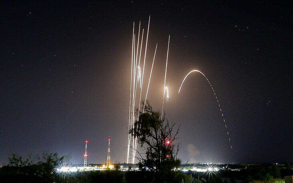 Salve de roquettes tirées depuis la bande de Gaza, sur Israël, le 12 mai 2021. (Crédit : Edi Israel/Flash90)