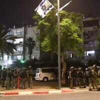 Des officiers de la police dans les rues de Lod après que des émeutiers arabes ont incendié des voitures et brûlé des synagogues, le 12 mai 2021. (Crédit : Yossi Aloni/Flash90)