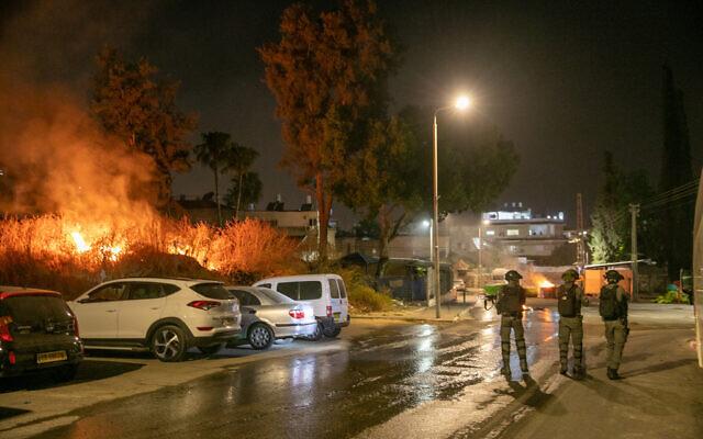 Des agents de la police des frontières à Lod pendant les émeutes et les affrontements entre résidents juifs et arabes, le 11 mai 2021. (Crédit : Yossi Aloni/Flash90)