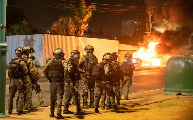 La police israélienne dans les rues de la ville de Lod, dans le centre d'Israël, où des synagogues et des voitures ont été incendiées et des magasins vandalisés, des résidents arabes de la ville ayant participé à des émeutes le 12 mai 2021 (Crédit : Yossi Aloni / Flash90)