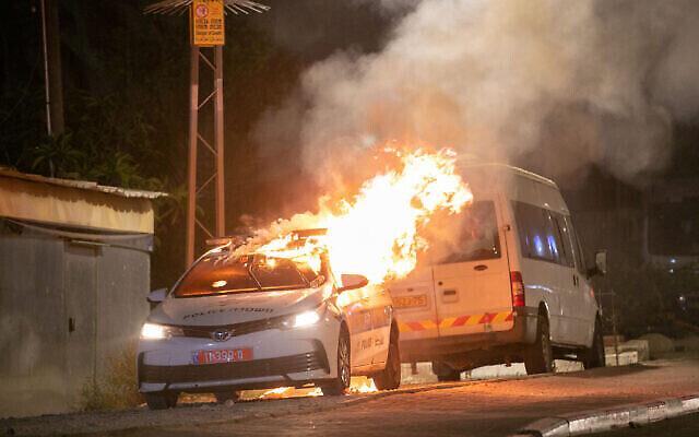 Une voiture de police en feu à Lod, le 12 mai 2021. (Crédit : Yossi Aloni/Flash90)