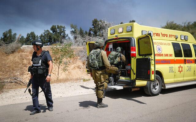 Des soldats israéliens près de l'endroit où une jeep a été touchée par un missile antichar tiré depuis Gaza, 12 mai 2021. (Yonatan Sindel/Flash90)