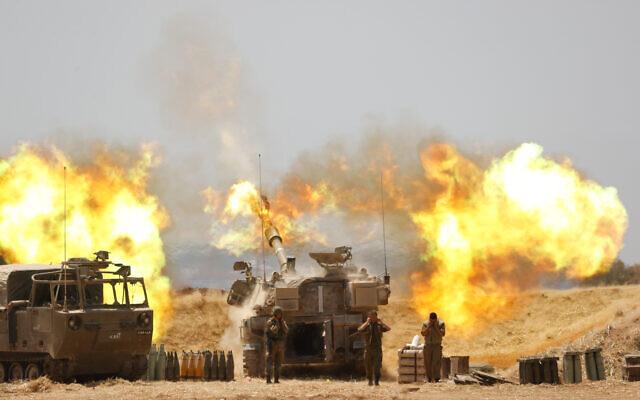 Le corps d'artillerie de Tsahal en train de tirer sur Gaza, près de la frontière israélienne avec Gaza, le 12 mai 2021, suite à un barrage de roquettes et de missiles tirés sur Israël par des terroriste de Gaza, le 12 mai 2021. (Crédit : Yonatan Sindel/FLASH90)