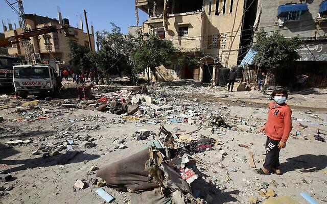Des Palestiniens évaluent les dégâts causés par une frappe aérienne israélienne dans la ville de Khan Yunis, dans le sud de la bande de Gaza, le 12 mai 2021. (Crédit : Abed Rahim Khatib/Flash90)