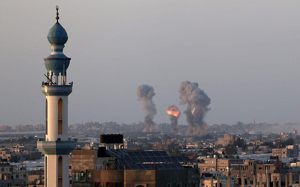 Des colonnes de fumée s'élèvent après des frappes aériennes israéliennes sur la ville de Gaza, le 12 mai 2021. (Crédit : Abed Rahim Khatib/Flash90)