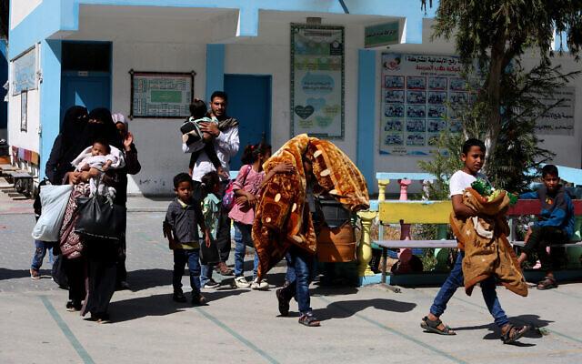 Des familles palestiniennes dont les maisons ont été endommagées par les frappes de l'aviation israélienne en réponse aux tirs de roquettes sont déplacées vers une école des Nations unies à Rafah, dans le sud de la bande de Gaza, le 17 mai 2021. (Crédit : Abed Rahim Khatib/Flash90)