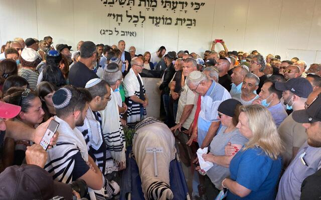 La famille et les proches de Yigal Yehosua lors des funérailles de ce dernier, décédé des suites de ses blessures lors des émeutes interethniques à Lod. Photo prise le 18 mai à Hadid. (Crédit : Avshalom Sassoni/Flash90)