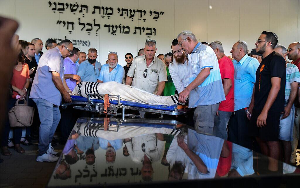 La famille et les proches assistent aux funérailles d'Yigal Yehoshua, qui a été blessé lors d'émeutes arabes israéliennes dans la ville israélienne de Lod, le 18 mai 2021 à Hadid. Crédit : Avshalom Sassoni / Flash90)