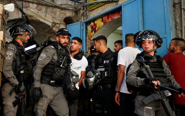 Photo d'illustration : Les agents de police israéliens pendant des affrontements contre des manifestants dans la Vieille Ville de Jérusalem, le 18 mai 2021. (Crédit : Jamal Awad/Flash90)