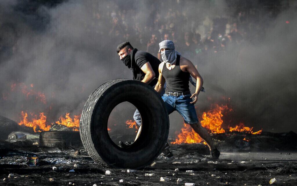 Des émeutiers palestiniens affrontent les forces de sécurité israéliennes près du checkpoint de Huwara, au sud de la ville cisjordanienne de Naplouse, le 18 mai 2021 (Crédit : Nasser Ishtayeh / Flash90)