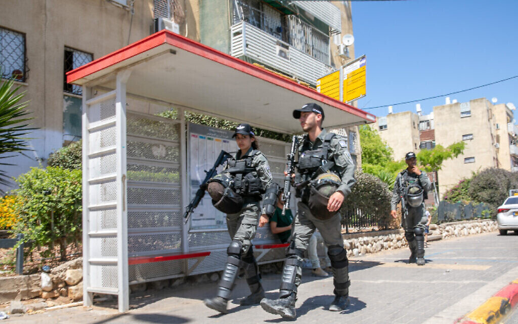 La police des frontières israélienne patrouille dans les rues de Lod après les émeutes de la semaine dernière, le 19 mai 2021. (Crédit : Yossi Aloni/Flash90)