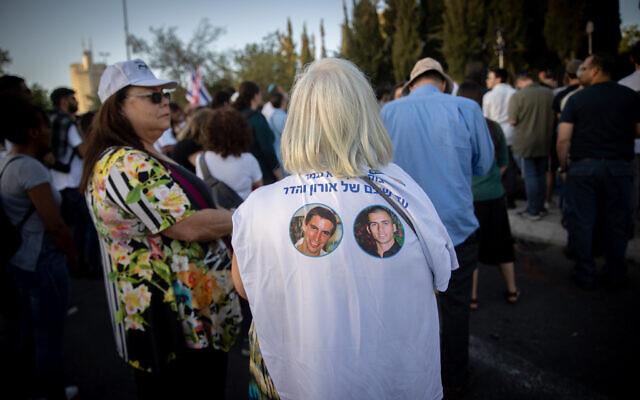 Un rassemblement appelant au retour des civils et des dépouilles des soldats israéliens détenus par le Hamas dans la bande de Gaza, devant le bureau du Premier ministre à Jérusalem, le 19 mai 2021. (Crédit : Yonatan Sindel/Flash90)