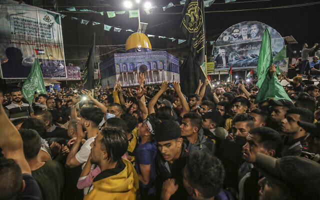 """Des partisans arabes et palestiniens du groupe terroriste palestinien du Hamas célèbrent la """"victoire de la résistance islamique"""" au mont du Temple à Jérusalem, le 21 mai 2021. (Crédit : Abed Rahim Khatib/Flash90)"""