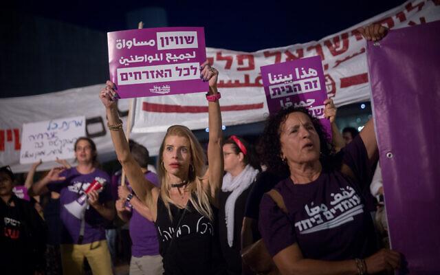 Des Israéliens manifestent pour le calme et la coexistence entre Juifs et Arabes israéliens sur la place HaBima de Tel Aviv, le 22 mai 2021. (Crédit :Miriam Alster/Flash90)