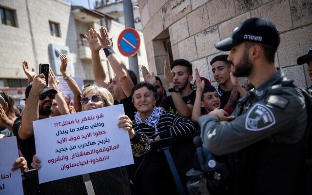 Des Palestiniens manifestent devant le tribunal de district de Jérusalem contre le projet israélien d'expulsion des Palestiniens dans le quartier de Silwan à Jérusalem-Est, le 26 mai 2021 (Crédit: Yonatan Sindel / Flash90)